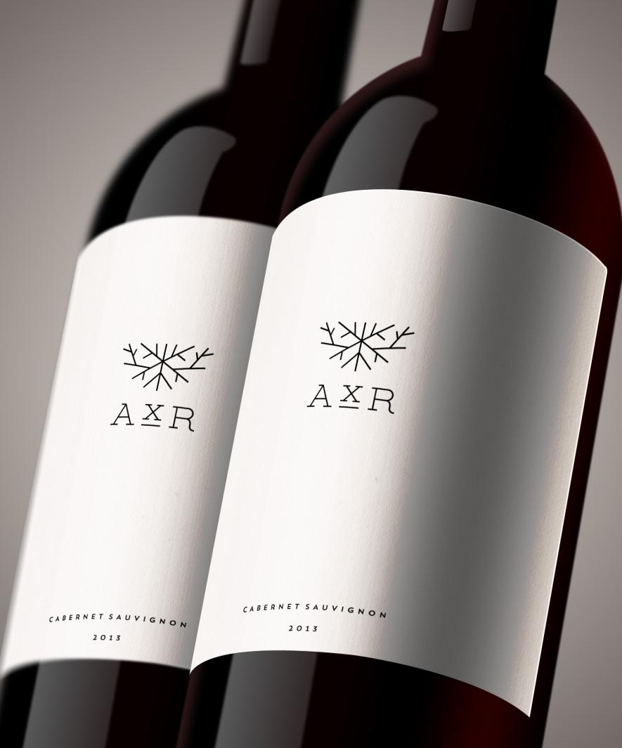Một nhãn hiện đại, tối giản với một phông chữ mỏng. Xưởng rượu vang AxR thiết kế bởi :: scott