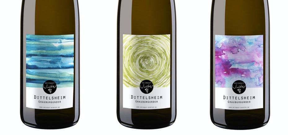 Dòng rượu vang trắng này sử dụng chai có màu sắc tươi sáng truyền thống. Whine Label by Rebecca Reck Art.